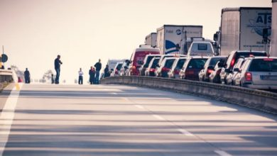 صورة حادث يتسبب في وفاة سائق دراجة نارية قبل قليل وتوقف تام لحركة المرور على الطريق السريع Storebæltsvej