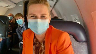 صورة في أول رحلة لها بعد حفل الزواج.. رئيسة الوزراء تظهر بالكمامة متجهة إلى القمة الأوروبية